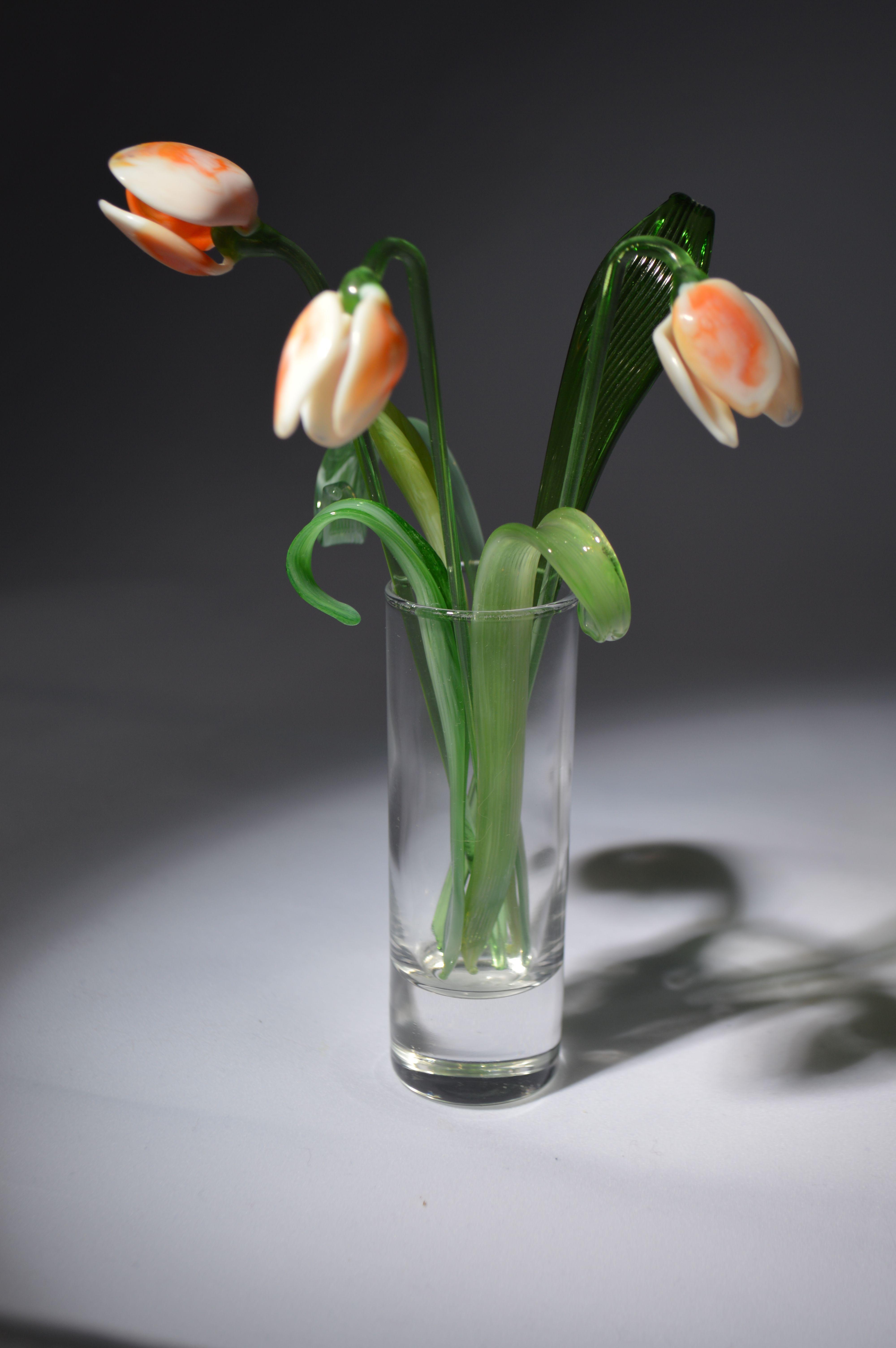 Букет 2 из трех тюльпанов в вазочке, цветное стекло от Ravta