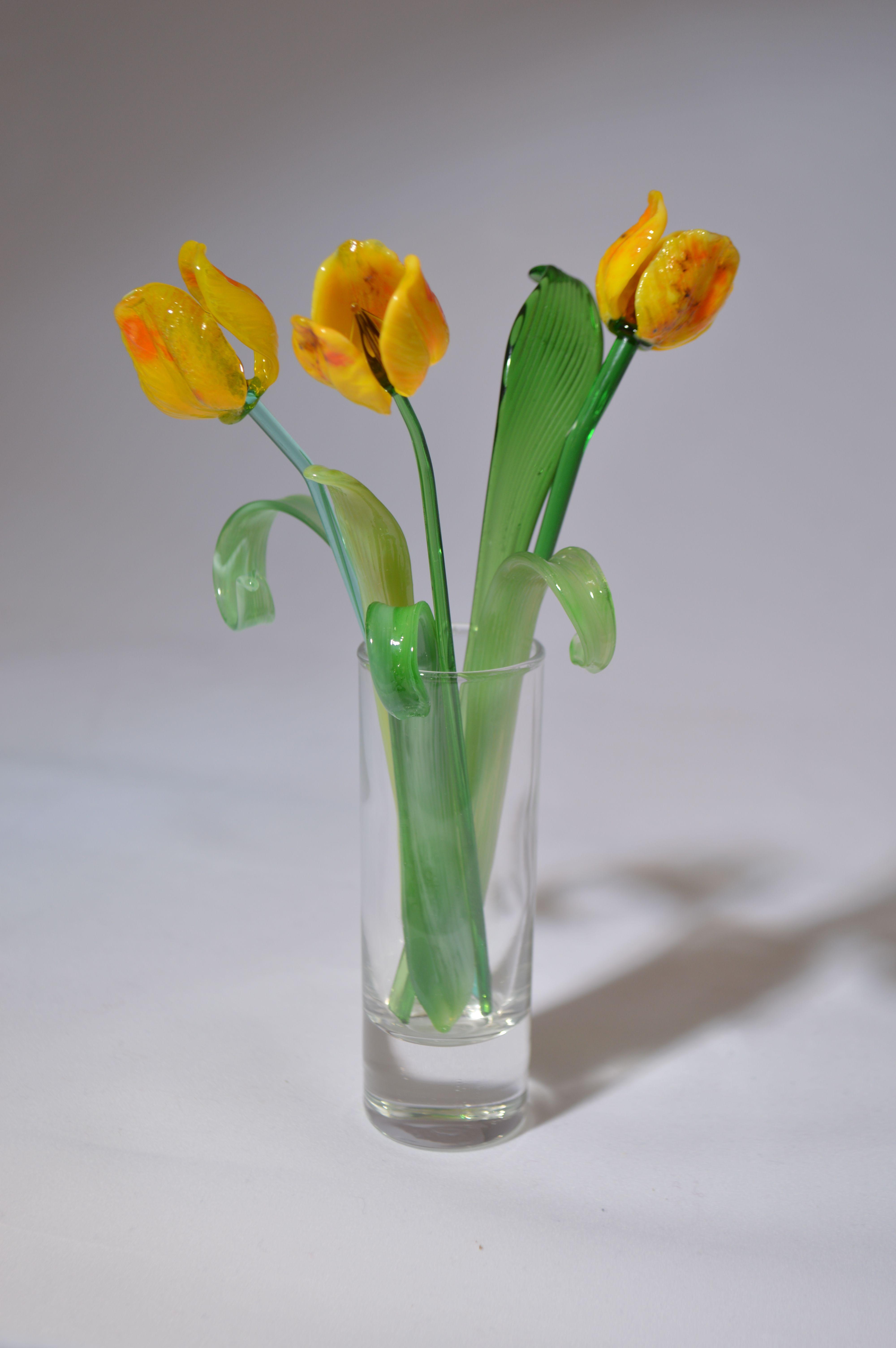 Букет из трех желтых тюльпанов в вазочке, цветное стекло от Ravta