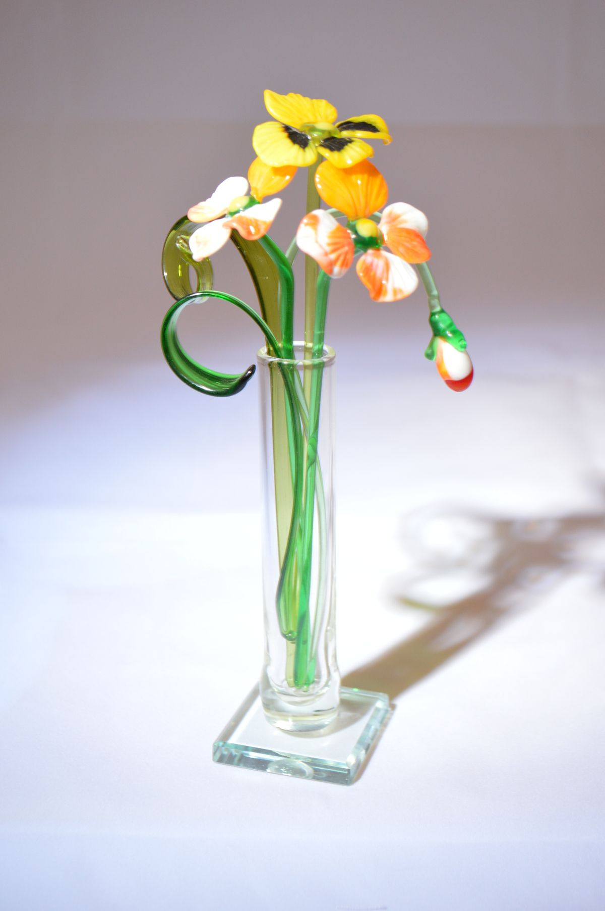 Букет из трех фиалок и бутона в вазочке, цветное стекло от Ravta