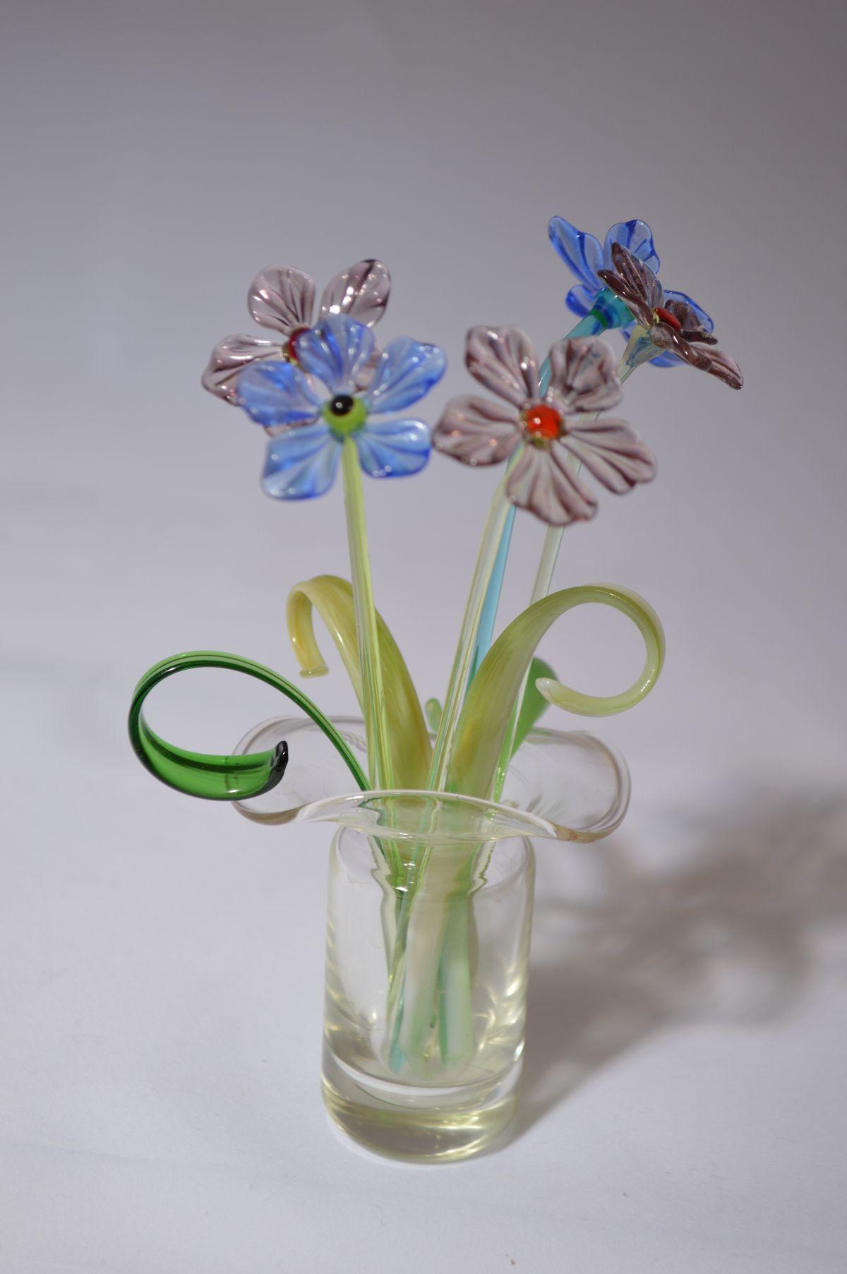 Букет из двух синих и трех сиреневых цветков в вазочке, цветное стекло от Ravta