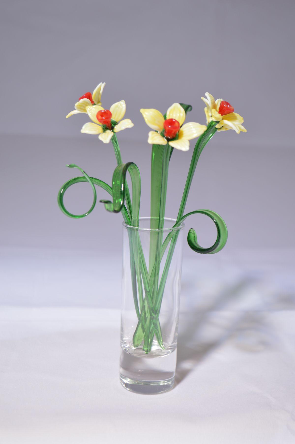 Букет из пяти нарциссов в вазочке, цветное стекло от Ravta